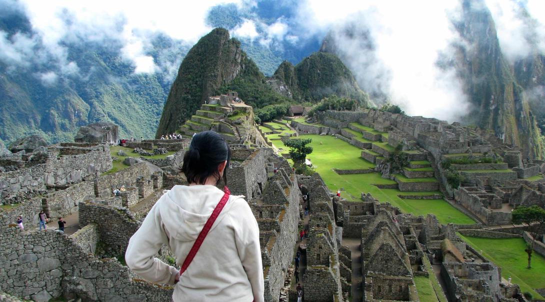 Voluntaria explorando Machu Picchu.